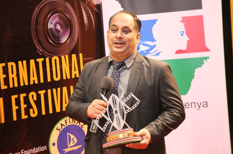Manish-Sharma-with-his-trophy-for-the-film-Baokchambab